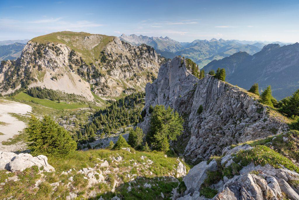 Vue des sommets du Pays d'Enhaut pendant l'activité randonnée en été.